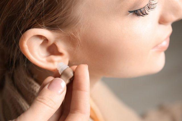 Czym się różni aparat słuchowy od wzmacniacza słuchu? Jak nie dać się oszukać?